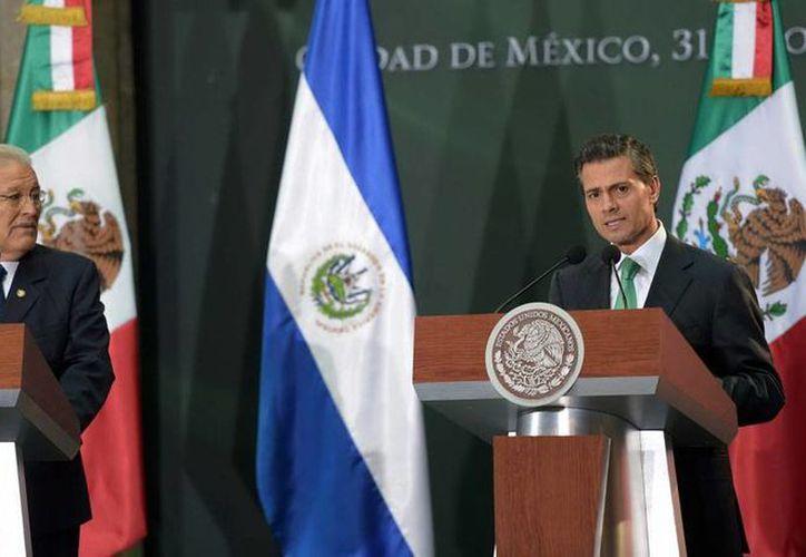Salvador Sánchez Cerén (izq.), presidente de El Salvador, y Enrique Peña Nieto, mandatario de México, firmaron un acuerdo de cooperación para frenar la violencia. (NTX)