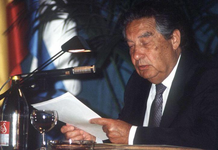 El poeta mexicano Octavio Paz, ya fallecido, lee un discurso en la Universidad de Santander. (EFE/Archivo)
