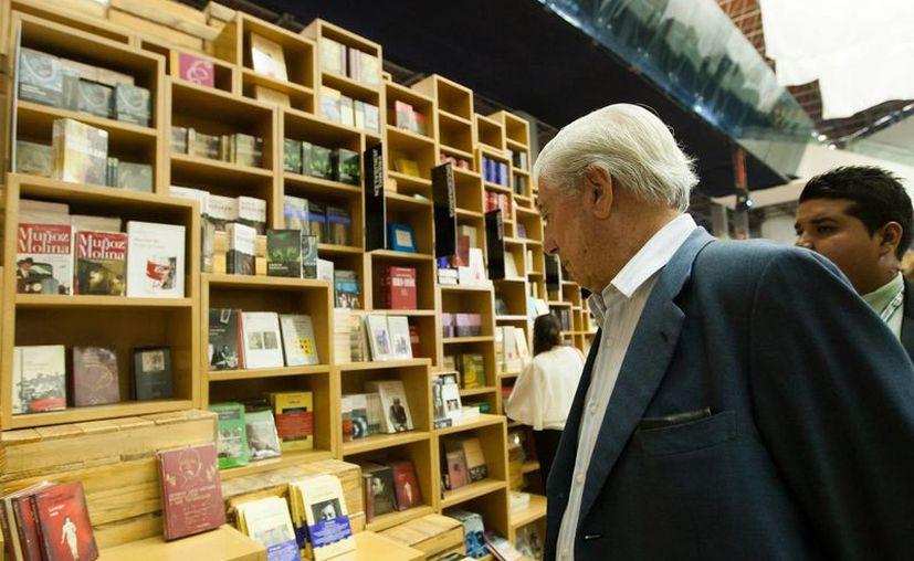 El escritor Mario Vargas Llosa en su recorrido por los pasillos de la FIL el pasado 2 Diciembre (foto cortesía FIL Guadalajara/Marte Merlos)