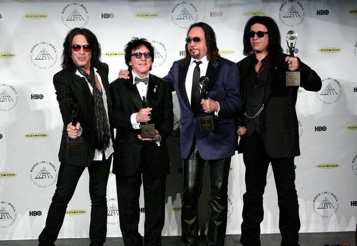 Paul Stanley, Peter Criss, Ace Frehley y Gene Simmons, durante la ceremonia en la que Kiss quedó oficialmente como integrante del Salón de la Fama del Rock and Roll. (AP)