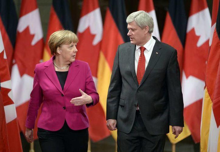 La canciller alemana, Ángela Merkel, y el primer ministro de Canadá, Stephen Harper, previo a la conferencia tras su reunión este lunes 9 de febrero en Ottawa, Canadá, para analizar la crisis en Ucrania. (Foto: AP)