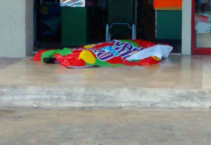 El sujeto trató de refugiarse dentro de la plaza Cancún Mall. (Redacción/SIPSE)
