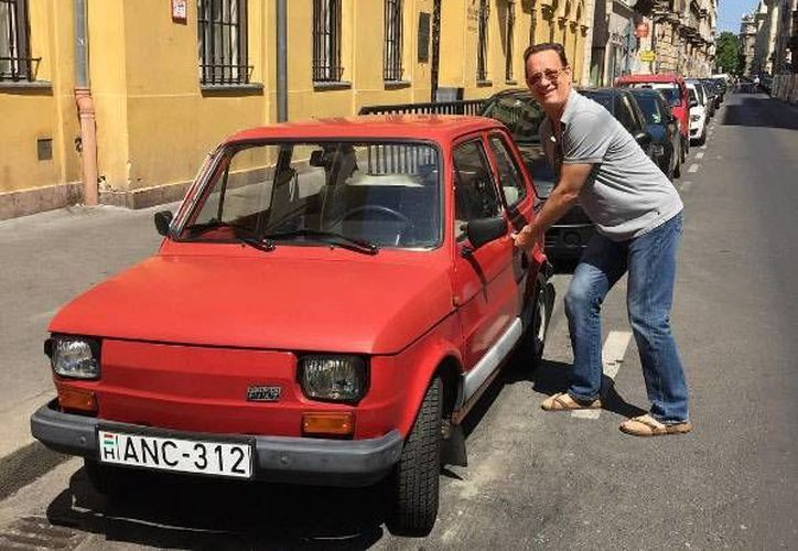 Luego de que Tom Hanks publicará en redes sociales una foto de él junto a un Fiat 126, el gobierno polaco piensa regalarle uno de estos vehículos. (Foto: Instagram)