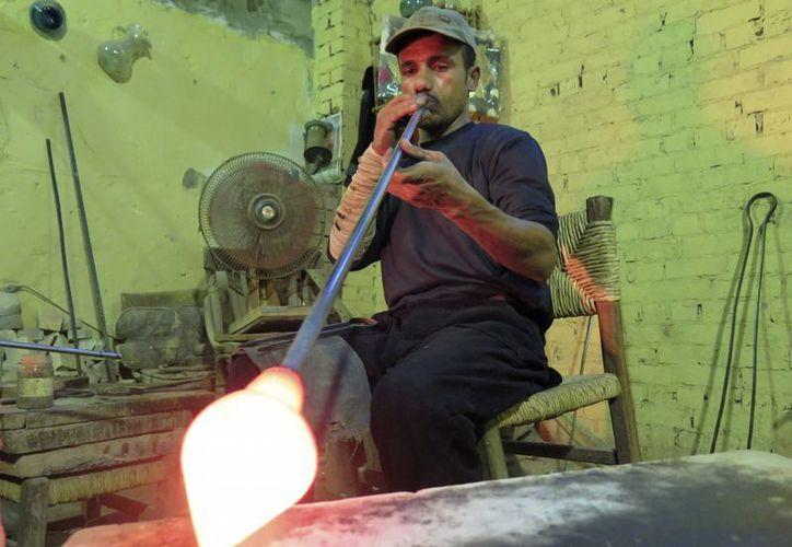 """En el barrio egipcio de la """"ciudad de los muertos"""", Jaled trabaja el vidrio en un taller creado en 1973. (EFE)"""