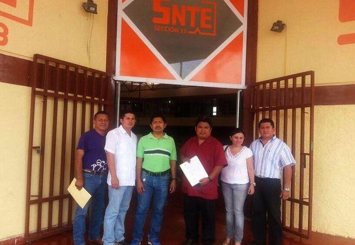 Profesores de la Red de Maestros acudieron ayer a la sede de la Sección 33 del SNTE para exigir que se lleva al cabo la elección de la nueva directiva. (Milenio Novedades)