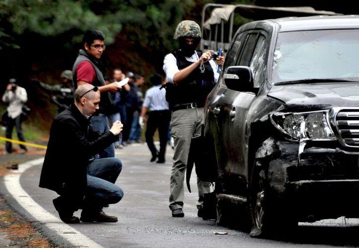 Con la llanta pinchada, la camioneta no pudo avanzar mucho. Las balas la inmovilizaron (Agencia Reforma)