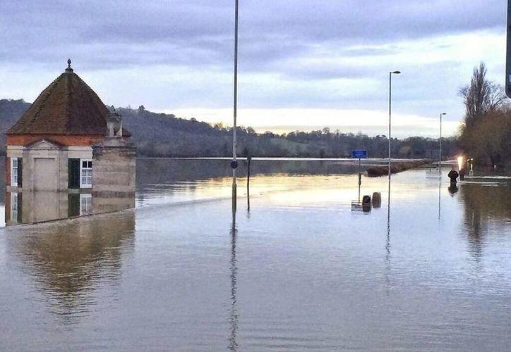 Fotografía facilitada por el Departamento de Policía de Surrey Roads que muestra el nivel de las aguas del río Támesis, en Egham, cerca de Londres, Reino Unido. (EFE)
