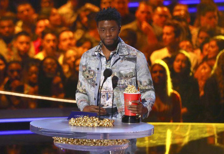 El protagonista de Black Panther, Chadwick Boseman, entregó su premio a Mejor Héroe a James. (AP)