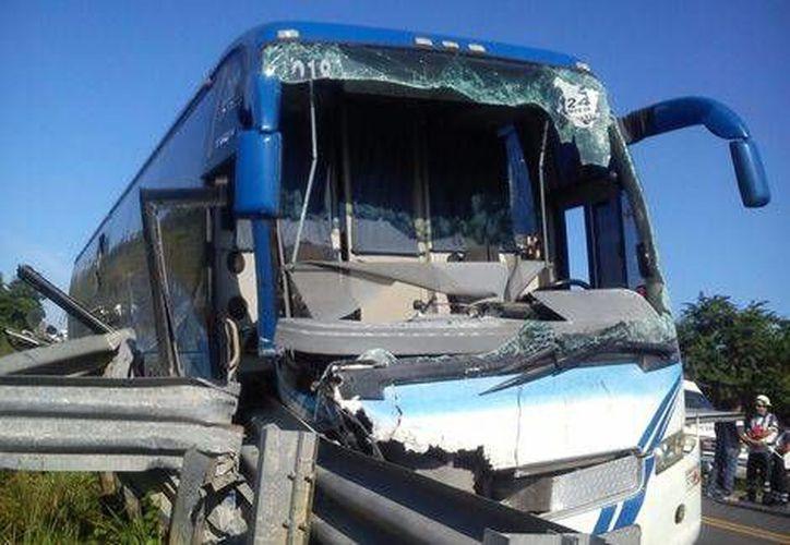 La volcadura de un autobús turístico procedente de Puebla, en Las Choapas, al sur de Veracruz, dejó un saldo de 11 personas fallecidas y 8 lesionados. (Milenio Digital)