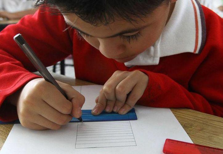 Según Cepal y Unicef, en América Latina, 'prácticamente' todos los niños de 11 años van a la escuela, pero cuando llegan a los 17 años, la mitad ya abandonó la escuela. (Notimex/Archivo)
