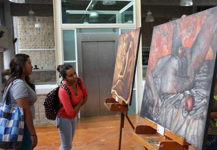 """Un total de diez cuadros integran la muestra instalada en la segunda planta de la Biblioteca Universitaria """"Santiago Pacheco Cruz"""". (Cortesía/Uqroo)"""