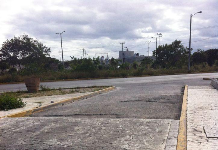 El pavimento del estacionamiento del Hospital General presenta grandes baches. (SIPSE)