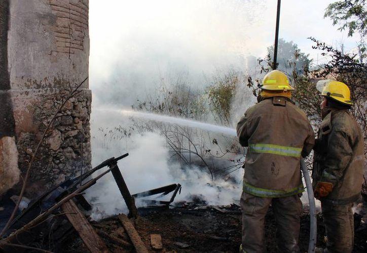 Los bomberos combatieron rápidamente el fuego del incendio provocado por un cortocircuito. (Milenio Novedades)