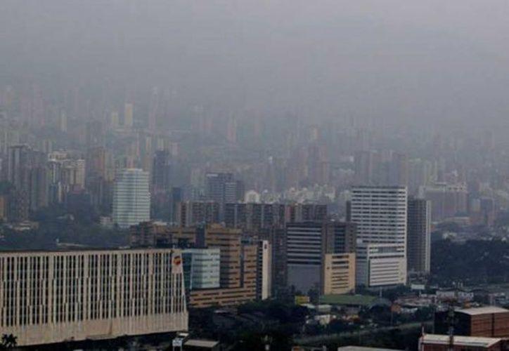Las autoridades municipales aplicaron medidas de restricción al transporte privado y recomendaron evitar el ejercicio al aire libre. (Notimex)