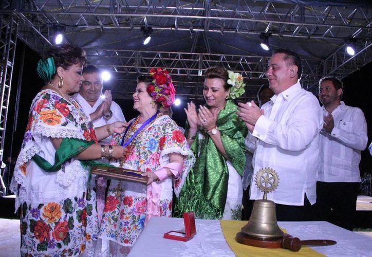 Doña Alis García agradeció la distinción de los Rotarios, que de igual forma la nombraron socia honoraria de la organización. (José Acosta/SIPSE)