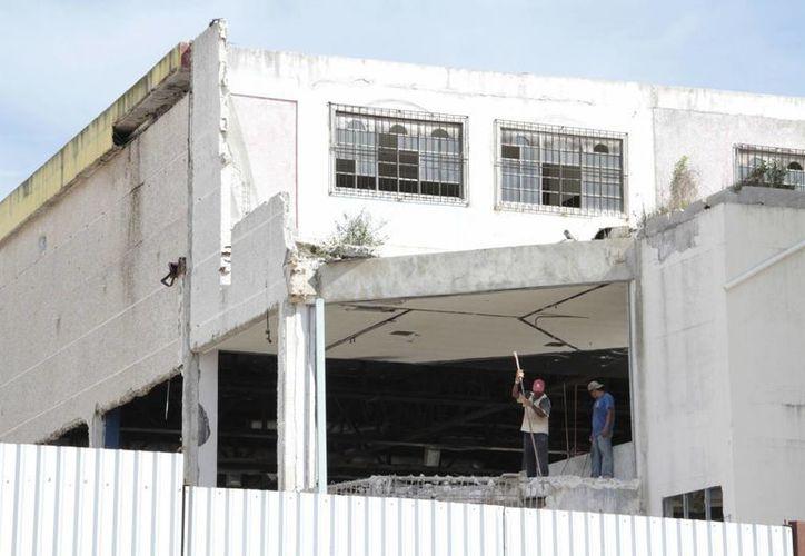En algunos inmuebles abandonados ya se encuentran trabajadores realizan construcciones. (Tomás Álvarez/SIPSE)