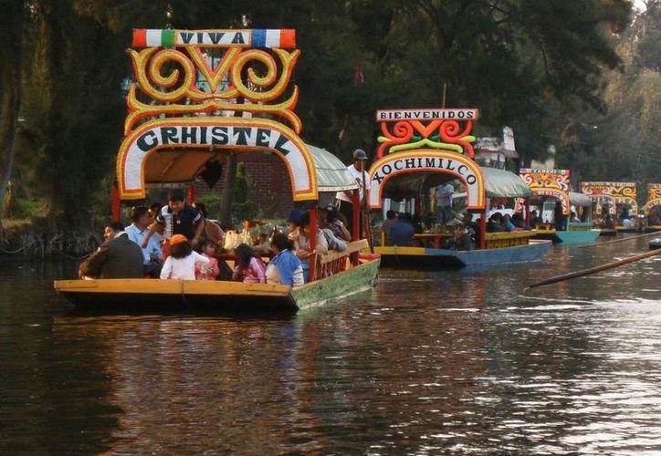 Buscan que la comida sea un motivador de viaje a la Ciudad de México. En la imagen, las tradicionales trajineras de Xochimilco, a bordo de algunas se sirven interesantes platillos. (Archivo/SIPSE)