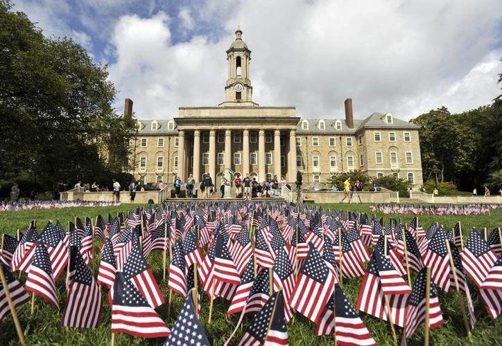 Banderas de Estados Unidos fueron plantadas en el jardín del antiguo ayuntamiento de Pennsylvania, en recuerdo de las víctimas del vuelo 93 de United Airlines. (AP)