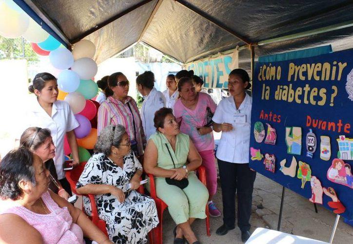 Estudiantes de primer y octavo grado de la Facultad de Enfermería con asesoría de maestros realizaron la Feria de la Salud en la colonia Bojórquez. (Fotos cortesía del Gobierno de Yucatán)