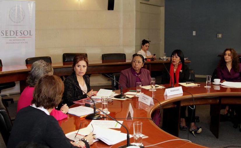 Integrantes de la Asociación Mexicana de Mujeres Jefas de Empresa, A. C. (AMMJE), en reunión con Rosario Robles, titular de la Sedesol. (Notimex)