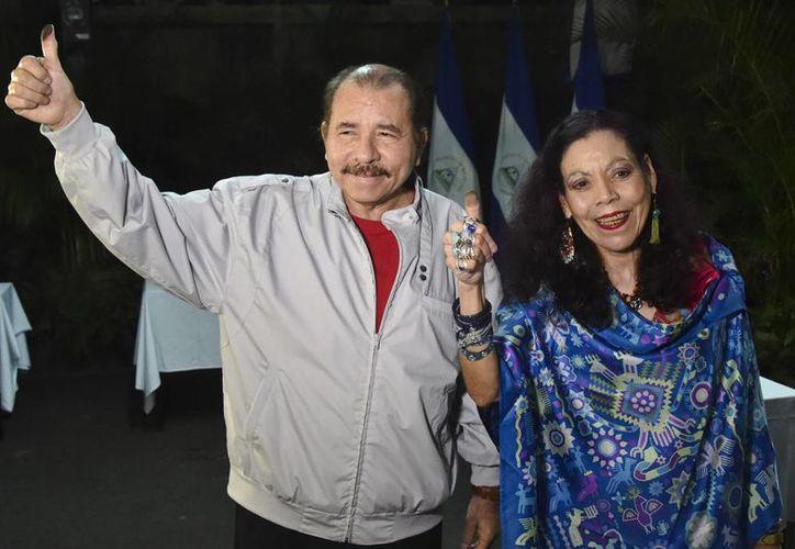 El presidente de Nicaragua, Daniel Ortega, tras emitir su voto este domingo en compañía de su esposa y candidata a la vicepresidencia,  Rosario Murillo. (AP)