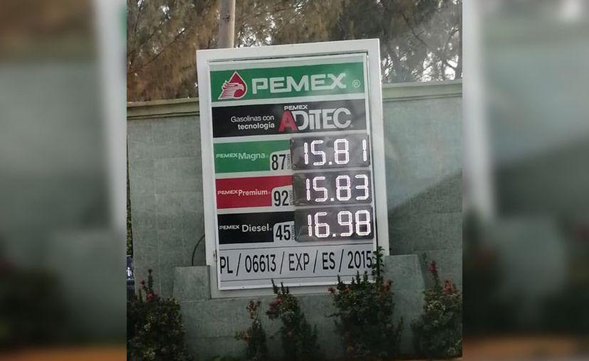 El fin de semana se ubicaron expendios que ofrecían la gasolina rondando los quince pesos por litro. (Especial)