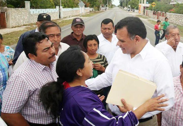 Pobladores agradecieron al Gobernador la realización de la obra carretera. (Milenio Novedades)