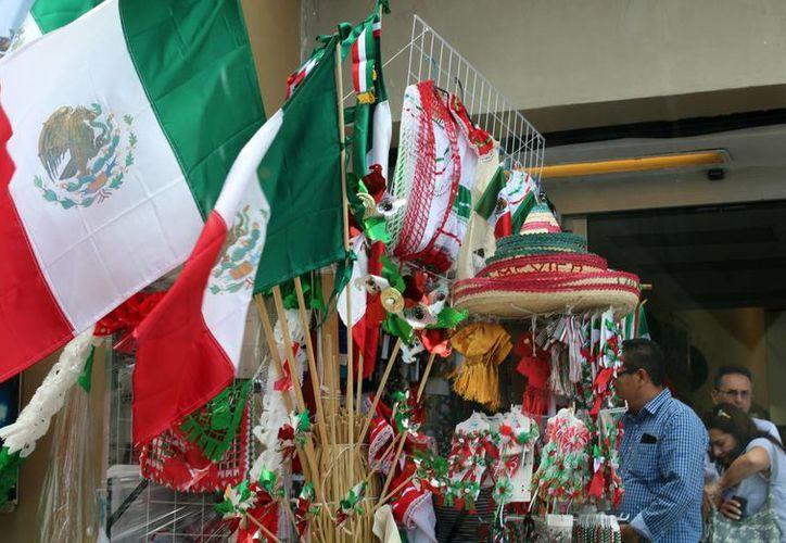 Los vendedores ambulantes ofrecen adornos alusivos a la fecha. (Luis Soto/SIPSE)