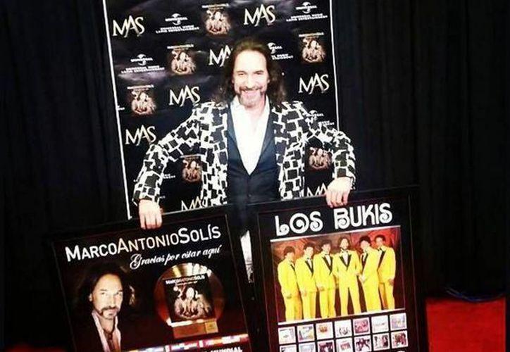 Imagen del cantante Marco Antonio Solís con su Disco de Oro y Platino por la venta a nivel mundial de más de 200 mil unidades. (@enplenovuelo)