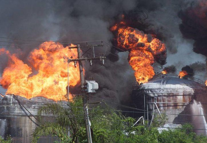 Más de cinco mil millones de litros de agua de mar han sido insuficientes para apagar el fuego. (diariodopoder.com.br)