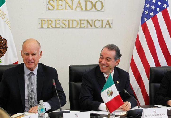 Jerry Brown visitó el Senado de la República para debatir temas de la reforma energética con los legisladores mexicanos. (Notimex)