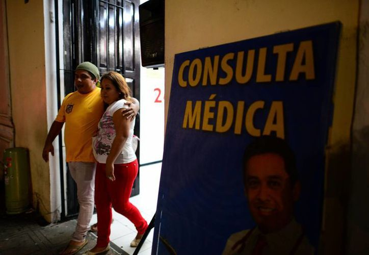 Muchas parejas acuden a consulta en medicina general. (Luis Pérez/SIPSE)