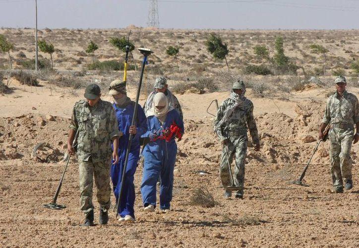 Fotografía de militares egipcios expertos en minas terrestres durante operaciones de localización de minas cerca de la carretera de la costa mediterránea. (Archivo/EFE)
