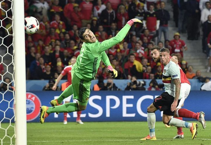 Sam Vokes (semioculto) alcanza a cabecear para anotar el tercer tanto de Gales y sentenciar el partido de cuartos de final contra una Bélgica endeble y hasta ingenua en defensa. (AP)