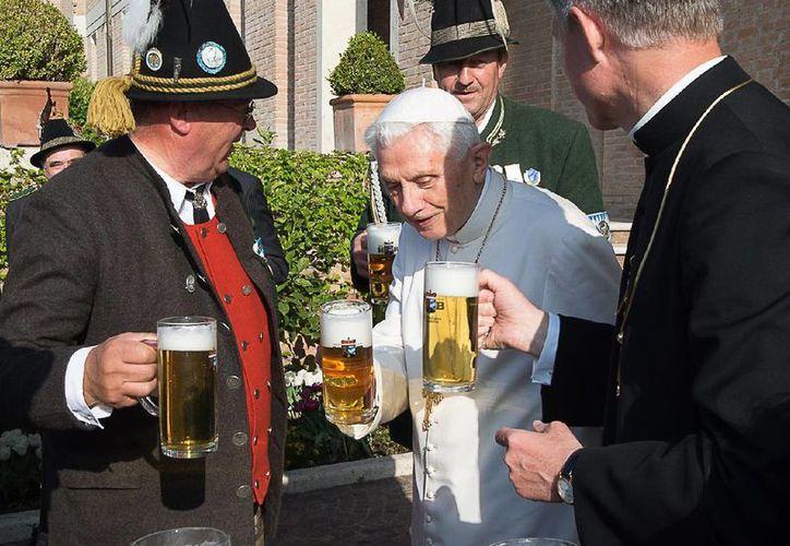 El papa Benedicto XVI convivió con personas ataviadas con los trajes típícos de la región de Baviera. (AP)