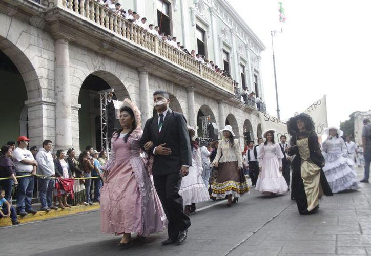 Las alegorías de personajes históricos, presentes en el desfile en Mérida. (SIPSE)