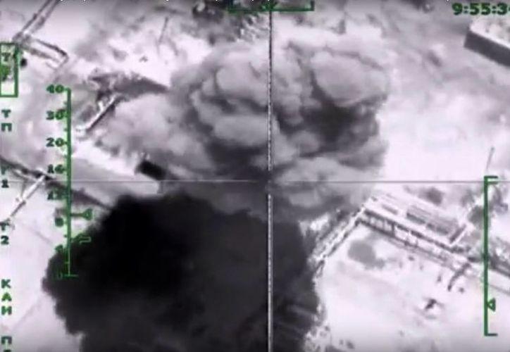 Imagen tomada del sitio web de funcionario de Ministerio de Defensa ruso el miércoles, 18 de noviembre de 2015, que muestra el impacto a una refinería durante el ataque de aviones de combate rusos en Siria. (AP/Servicio de Prensa de Ministerio de Defensa Ruso)