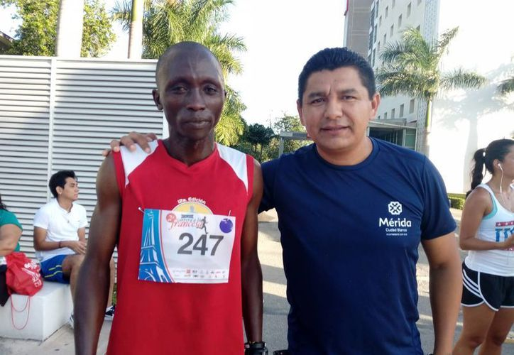 El keniano Kemboi Kangogo (izq)  se agenció el triunfo en la categoría libre varonil de la Segunda Carrera a la Francesa, que tuvo inicio y meta en el hotel 'Ibis'. (Milenio Novedades)