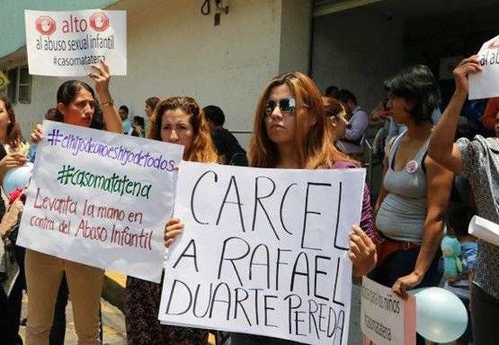 Imagen de archivo de una protesta que realizaron los padres de familia del kínder Montessori Matatena contra la directora del plantel y Rafael Duarte. (twitter.com/asilascosasw)