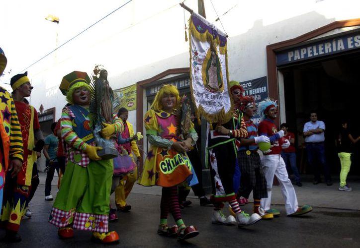 Con gran alegría, los artistas de la risa caminaron a San Cristóbal. (Christian Ayala/SIPSE)