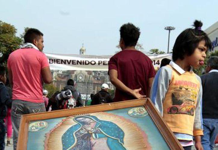 El 12 de diciembre, miles de católicos ( algunos realizando actos de penitencia, como el hombre de la imagen) acuden a la Basílica de Guadalupe, en la Ciudad de México, para venerar a la Virgen María. (Archivo/Notimex)