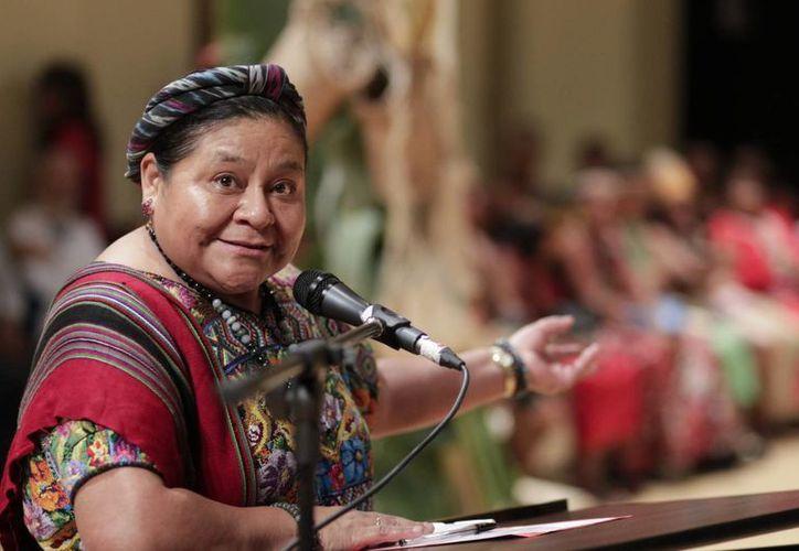 """Rigoberta Menchú, Premio Nobel de Paz de 1992, habla en el """"Encuentro de sabias y sabios indígenas""""  en un teatro de Caracas, Venezuela. (EFE)"""