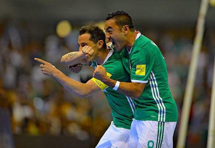 Apenas al 17', Andrés Guardado marcó el primer gol del Tri por la vía penal. (Imágenes de Mexsport)