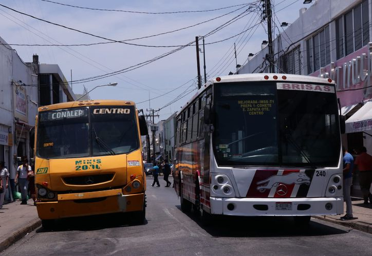 """Las temperaturas que se alcanzan en el interior de las unidades """"sofocan"""" a los usuarios. (José Acosta/Novedades Yucatán)"""