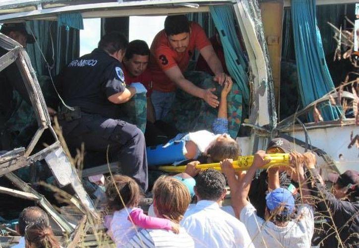 El choque de un autobús y una pipa dejó saldo de 3 personas lesionadas, en la carretera Tunkás-Sitilpech. (Milenio Novedades)