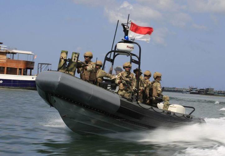 Una unidad especial de la Marina de Indonesia surca el mar en las costas de Bali. (Agencias)