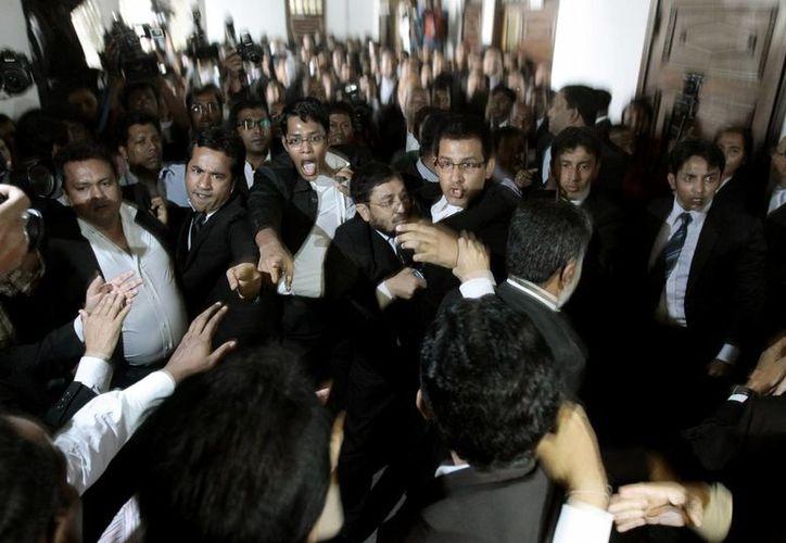 Los abogados del Partido Nacionalista de Bangladesh, el principal de la oposición, y de la gobernante Liga Awami se enfrentan después de que la Corte Suprema rechazó la apelación del líder opositor. (Agencias)