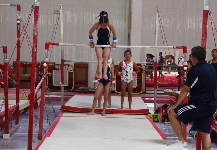 Una decena de jóvenes fueron seleccionadas para integrar a la selección de gimnasia de Q. Roo. (Jesús Tijerina/SIPSE)