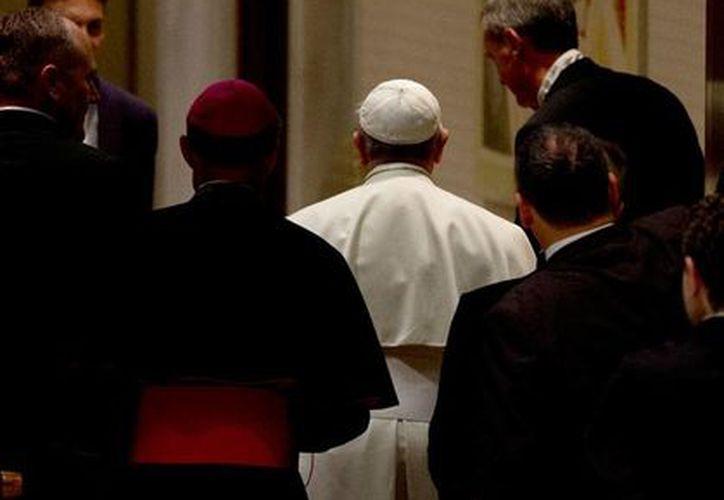 El Papa Francisco pidió a los obispos de varias ciudad del mundo que no le den la espalda los fieles, y que salgan a buscar a Dios donde están los pobres. (NTX)