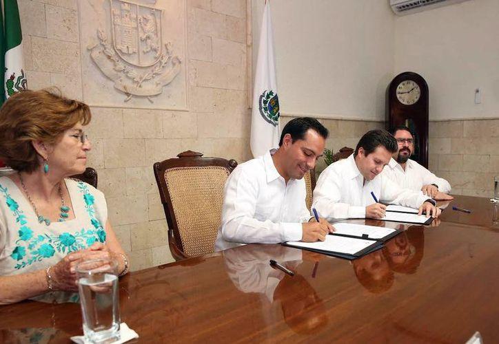 Los alcaldes de Mérida, Mauricio Vila Dosal (segundo de la derecha), y de Centro, Tabasco, Gerardo Gaudiano, firmaron un convenio de colaboración. (Milenio Novedades)